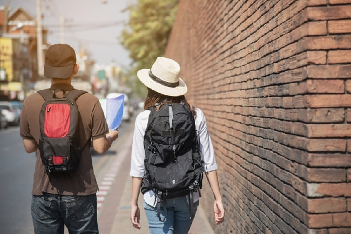 asian-couple-tourist-holding-city-map-crossing-road_1150-10460