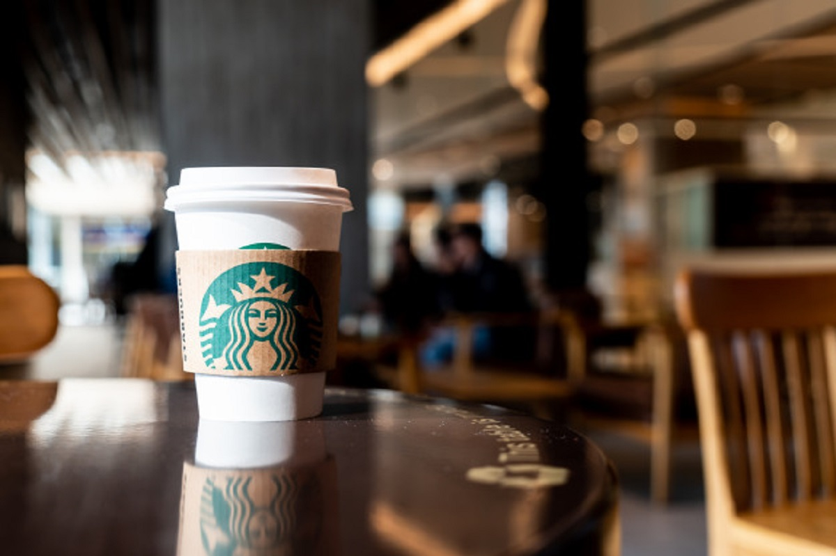 bangkok-thailand-june-29-2018-starbucks-hot-beverage-coffee-with-holder-table_1339-12029